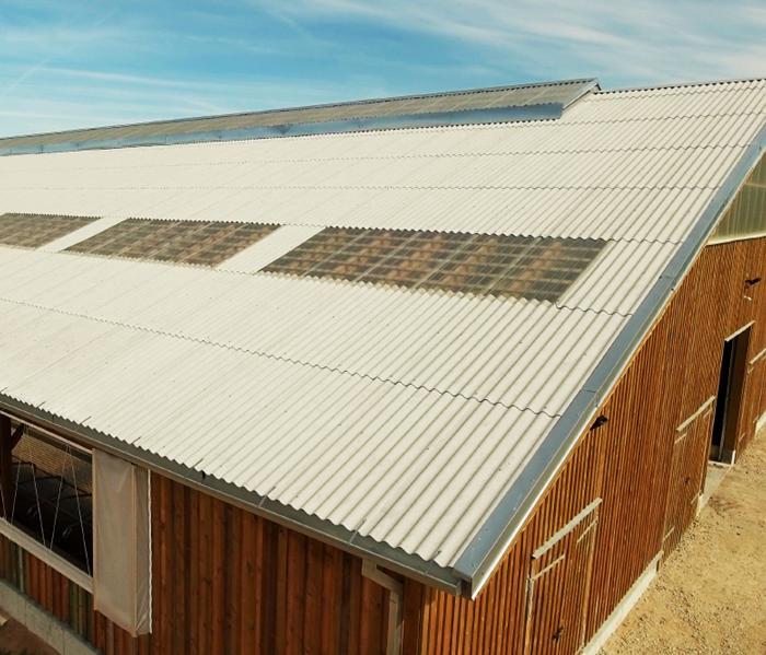 Skaidrūs lakštai tvariems gyvenamųjų ir ūkio pastatų stogų sprendimams